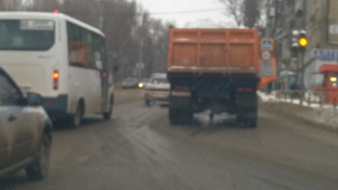 Сломавшийся КамАЗ со снегом перегородил проезд автотранспорту