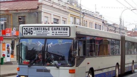 Автобус столкнулся с автовышкой в центре Саратова