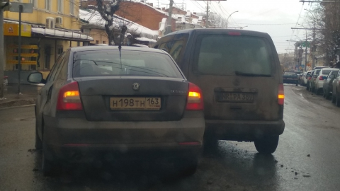 """В центре Саратова столкнулись """"Шкода"""" из Самарской области и машина с иностранными номерами"""
