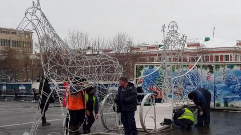 На Театральной площади Саратова начали наряжать главную городскую елку