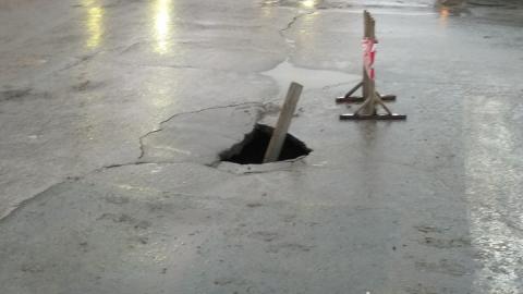 Очевидцы сообщают об огромной яме в центре Саратова