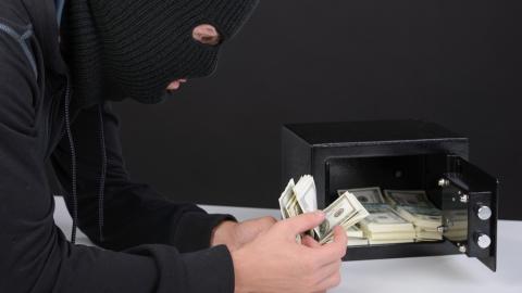 Вор-рецидивист украл у девушки сейф с 800 000 рублями