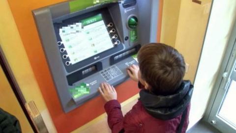 Юноша похитил деньги с банковской карты саратовчанки