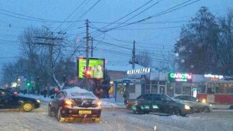 Столкнувшиеся в центре Саратова машины разметало по Московской