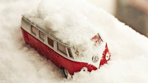 Автобус с пассажирами застрял в снегу