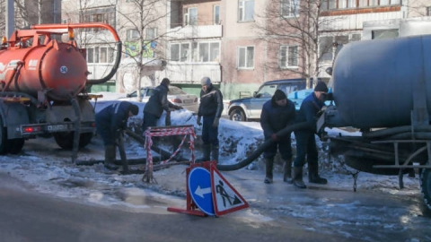 Водопроводы Саратова в выходные ремонтировали 15 бригад «КВС»
