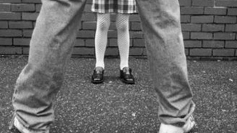 Мужчина надругался над двумя девочками во дворе дома