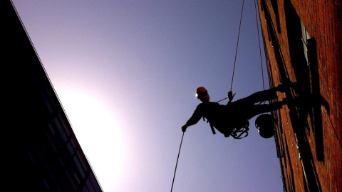 Упавший с пятого этажа альпинист получил сотрясение мозга и сломал голень