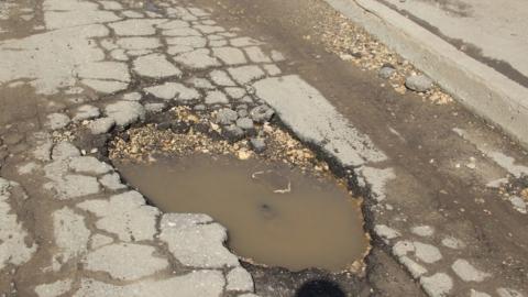 """За разбитый на саратовской дороге """"Мерседес Бенц"""" с муниципального учреждения взыскали полтора миллиона"""