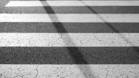 """Перебегавшая дорогу женщина попала под колеса """"Приоры"""""""