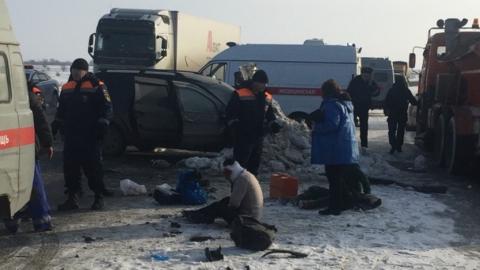 """Шесть человек попали в больницу после аварии с """"КамАЗом"""""""