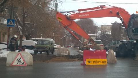 Энергетики ремонтируют тепломагистраль в центре Саратова