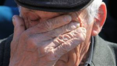 Двое мужчин избили и ограбили престарелого человека
