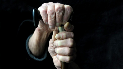 Престарелую женщину забили до смерти металлическими тростями