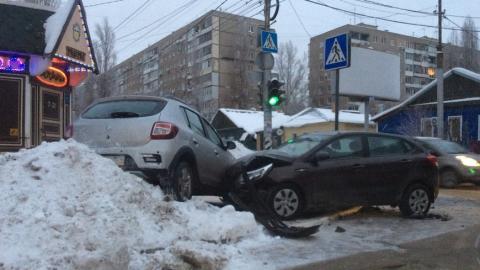 В центре Саратова «Рено» вылетел на тротуар