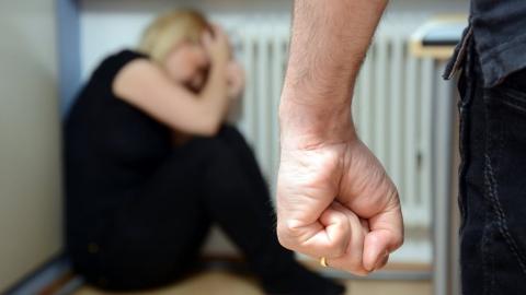 Мужчина до смерти забил сожительницу за пьянство с посторонними