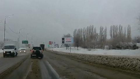 Снегопад в Саратове. На Усть-Курдюмской забуксовала фура