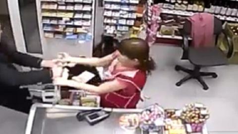 Мужчина в маске и с ножом забрал деньги из кассы