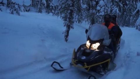 Спасатели на снегоходе эвакуировали застрявшую в снегах девочку
