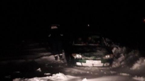Транспортный коллапс: спасатели вытаскивают застрявшие в снегу машины