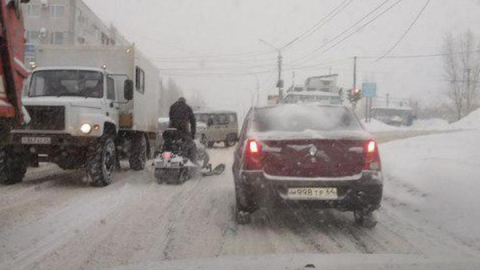 Из-за нечищеных дорог саратовцы пересаживаются на снегоходы
