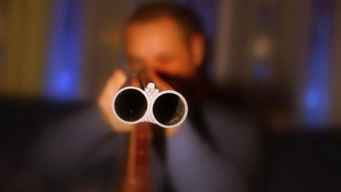 Мужчина расстрелял из ружья соседний дом