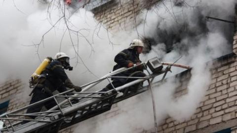 Пожарные эвакуировали людей из горящего дома