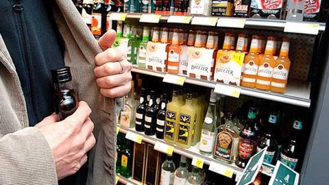 Трое гостей из Киргизии похитили в магазинах алкоголь на 100 тысяч рублей