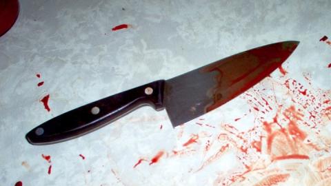 Потерявший мать мужчина бросился с ножом на полицейского