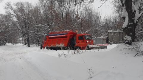 Саратовцы запечатлели застрявшую в снегу снегоуборочную машину