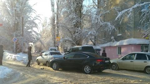 """""""Мазда"""" догнала """"десятку"""" и перекрыла улицу"""