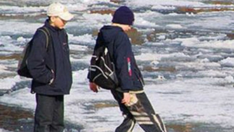 Саратовцам рассказали о том, как распознать опасный лед