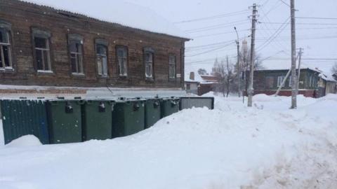 Мусоровывозящие компании чистят разблокированные от снега контейнерные площадки