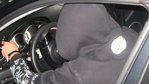 Пьяного автомойщика поймали на разбитой угнанной машине
