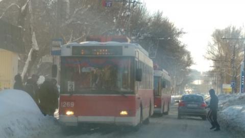 """Троллейбусы двух маршрутов застряли у """"Магистрали"""""""
