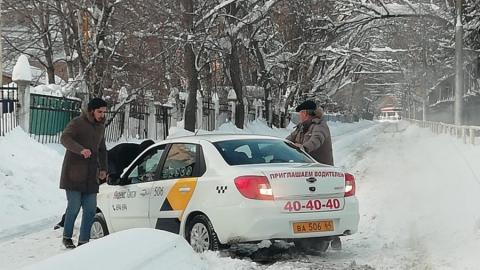 """Машина """"Яндекс. Такси"""" застряла на трамвайных рельсах"""