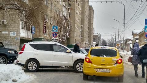 Внедорожник в центре Саратова не пропустил