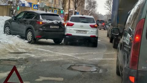"""""""Мазда"""" и """"Хендэ"""" перекрыли Вольскую"""