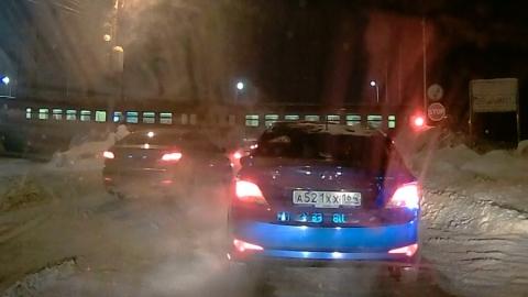 Водители наловчились объезжать закрытый железнодорожный переезд
