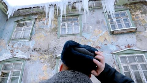 Под толщей снега обрушились крыши в многоэтажке и школе-интернате