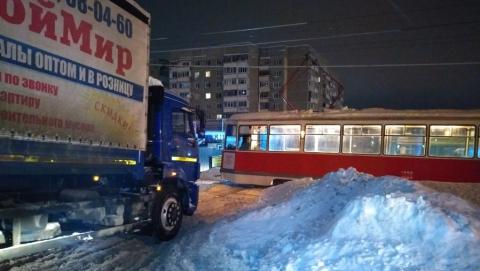 Сломавшийся трамвай перегородил дорогу машинам