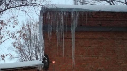 На завхоза городского БТИ свалился лед, когда он проверял, как почищена крыша