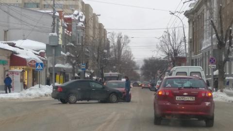 Две столкнувшиеся у почтамта иномарки перекрыли улицы Чапаева