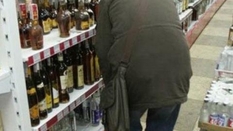 Пьяную за несколько часов до старого Нового года поймали на выносе коньяка из магазина