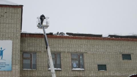 В школе под завалами снега просела крыша