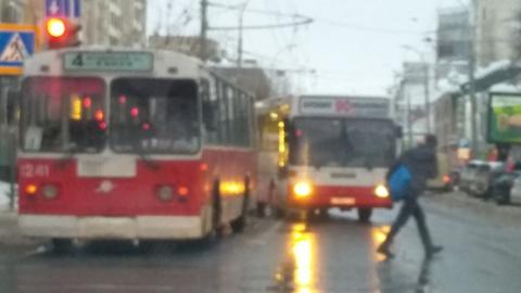 Сломавшийся троллейбус перекрыл выделенную полосу на Московской