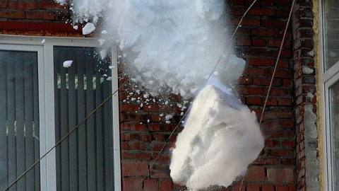 Женщина получила сотрясение мозга от упавшего с крыши снега