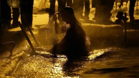 Тонкий лед на Волге не позволяет окунаться в воду на крещенские купания