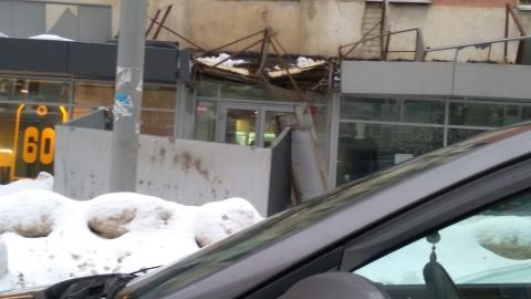 В центре Саратова снег проломил козырек дорогого бутика