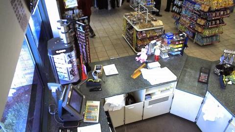 Разыскиваемый за кражу сам себя выдал буйным поведеием в магазине